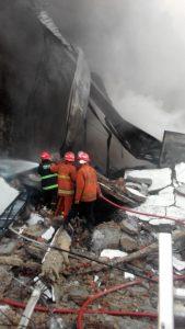proses pemadaman api oleh petugas pemadam kebakaran